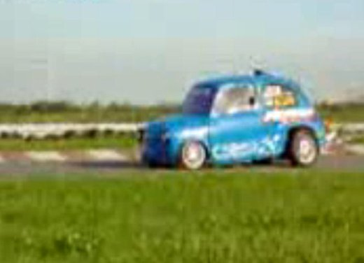 Una Fiat 600 impenna in un video - Foto 5 di 7