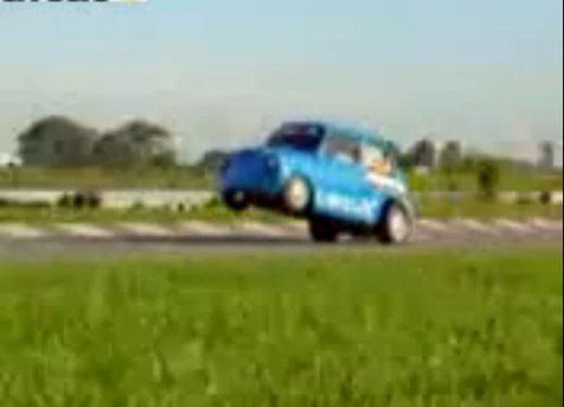 Una Fiat 600 impenna in un video - Foto 6 di 7