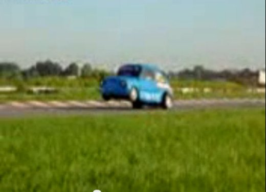 Una Fiat 600 impenna in un video - Foto 7 di 7