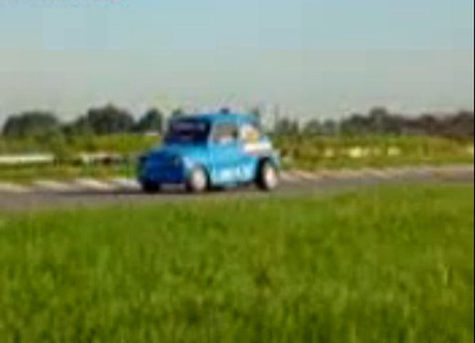 Una Fiat 600 impenna in un video - Foto 1 di 7