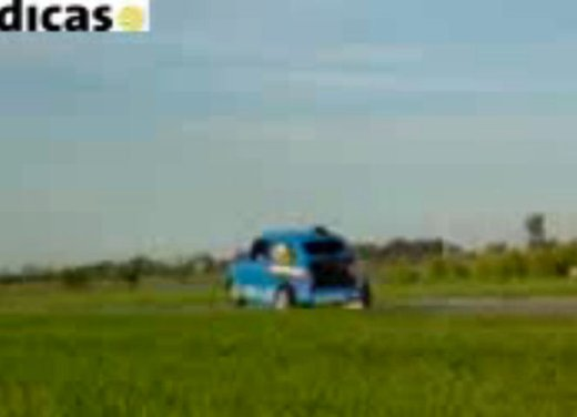 Una Fiat 600 impenna in un video - Foto 2 di 7