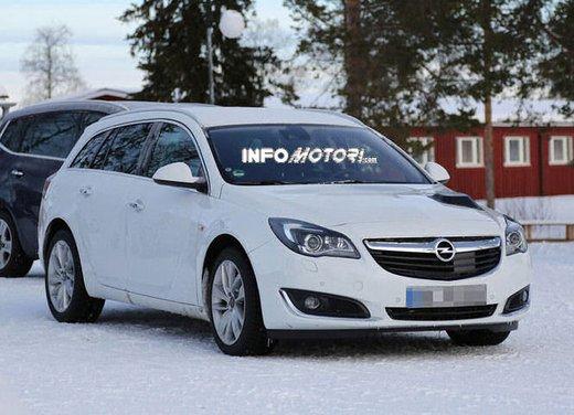 Opel Insignia foto spia dei nuovi muletti - Foto 1 di 9