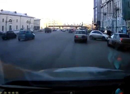 Un parcheggio degno dei migliori stuntman in video - Foto 7 di 9