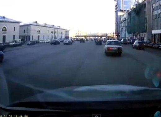 Un parcheggio degno dei migliori stuntman in video - Foto 1 di 9