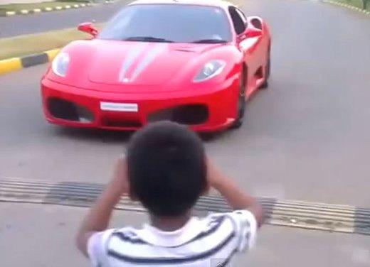 Bambino di 9 anni guida una Ferrari in video - Foto 1 di 9