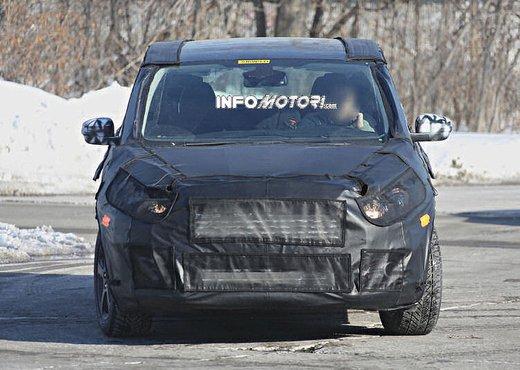 Ford S-Max foto spia della nuova generazione - Foto 2 di 14