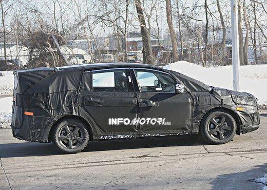 Ford S-Max foto spia della nuova generazione - Foto 5 di 14