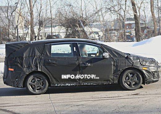 Ford S-Max foto spia della nuova generazione - Foto 9 di 14