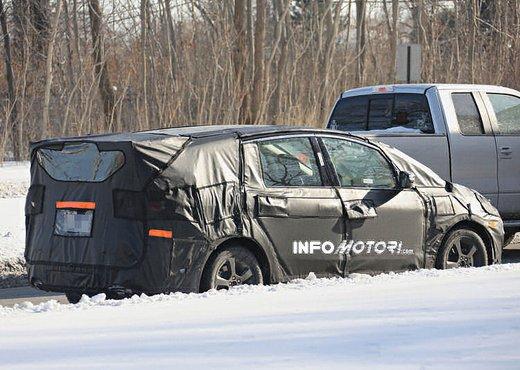 Ford S-Max foto spia della nuova generazione - Foto 10 di 14