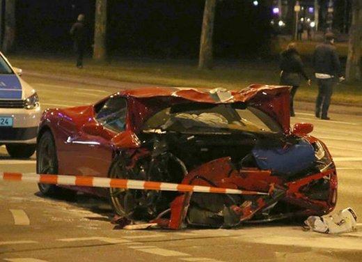 Ferrari 458 Speciale contro Smart, il disastro è dietro l'angolo!