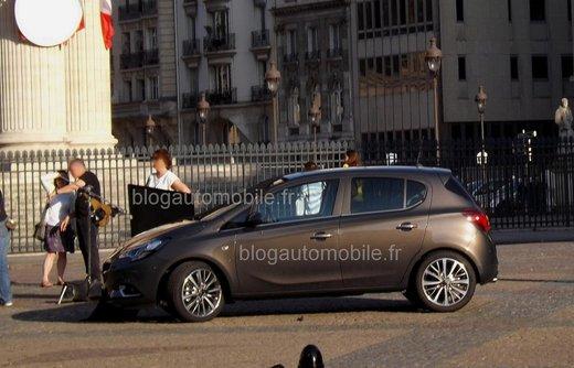 Nuova Opel Corsa foto spia senza camuffatura della versione 5 porte