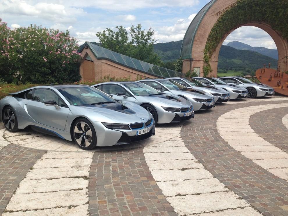 BMW i8 provata su strada a Milano la sportiva ibrida plug-in di BMW - Foto 1 di 12