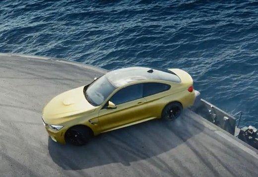 BMW M4 Coupè acrobazie su una portaerei in video
