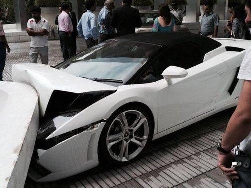 Lamborghini Gallardo Spyder distrutta da un parcheggiatore