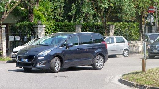 Nuova Peugeot 5008 prova su strada, motorizzazioni e novità