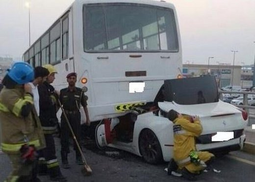 Ferrari California, spaventoso incidente contro un bus