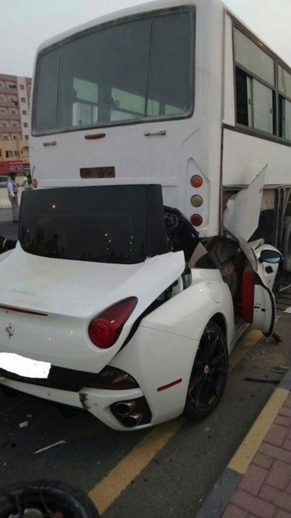 Ferrari California, spaventoso incidente contro un bus - Foto 3 di 3