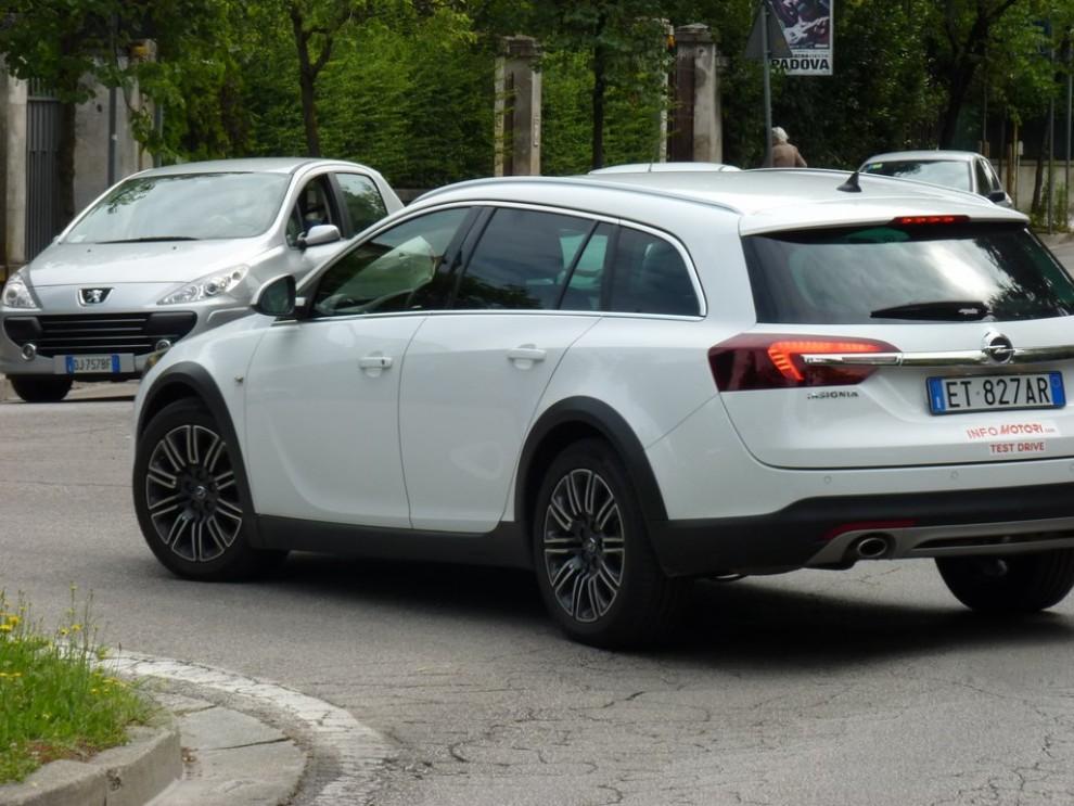 Opel Insignia Country Tourer prova su strada, prezzi e dotazioni - Foto 9 di 13
