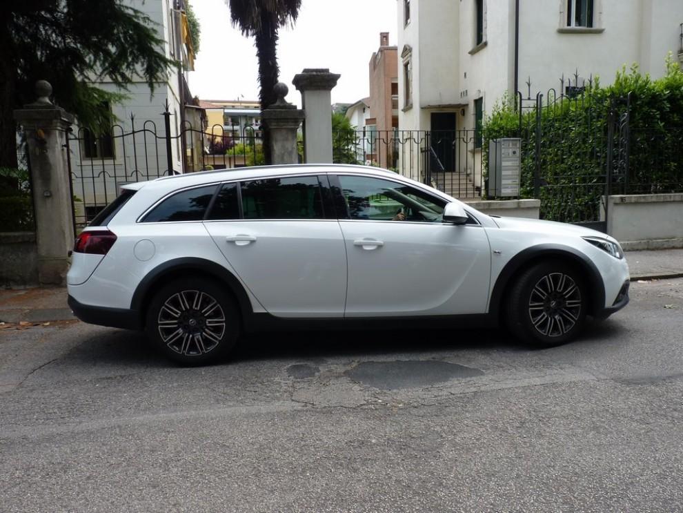 Opel Insignia Country Tourer prova su strada, prezzi e dotazioni - Foto 10 di 13