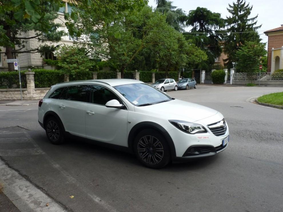 Opel Insignia Country Tourer prova su strada, prezzi e dotazioni - Foto 1 di 13