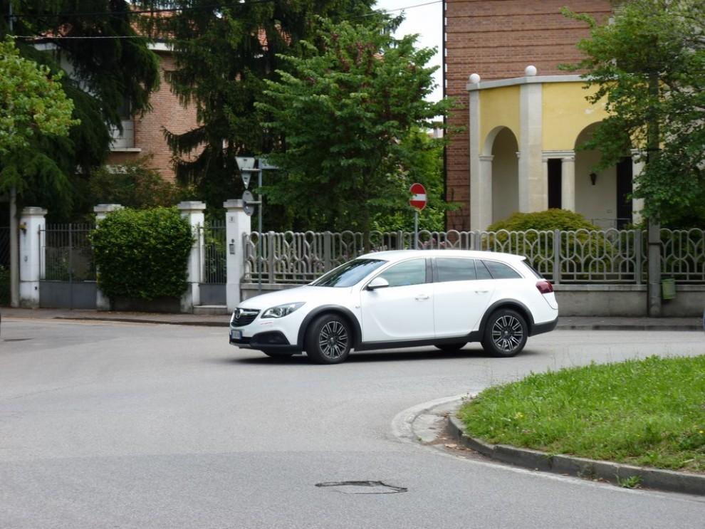Opel Insignia Country Tourer prova su strada, prezzi e dotazioni - Foto 2 di 13