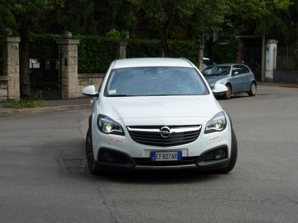 Opel Insignia Country Tourer prova su strada, prezzi e dotazioni - Foto 3 di 13