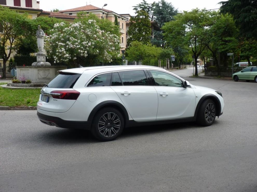 Opel Insignia Country Tourer prova su strada, prezzi e dotazioni - Foto 4 di 13