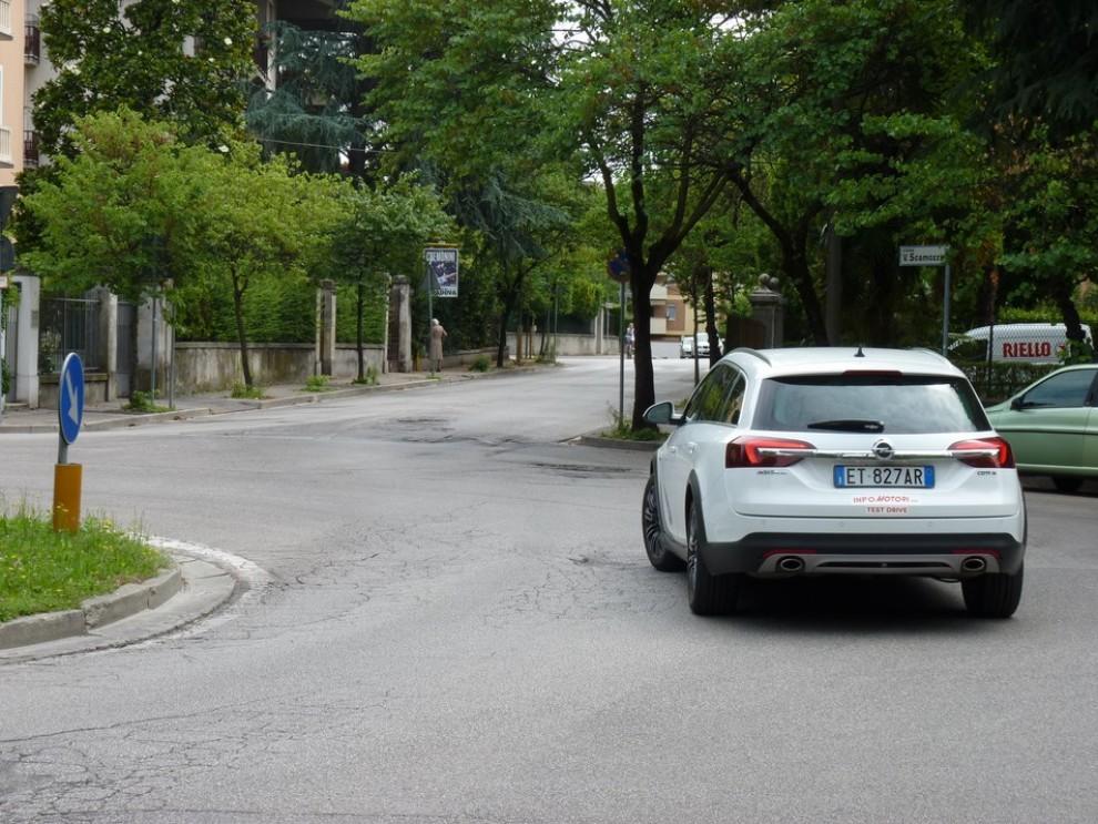 Opel Insignia Country Tourer prova su strada, prezzi e dotazioni - Foto 5 di 13