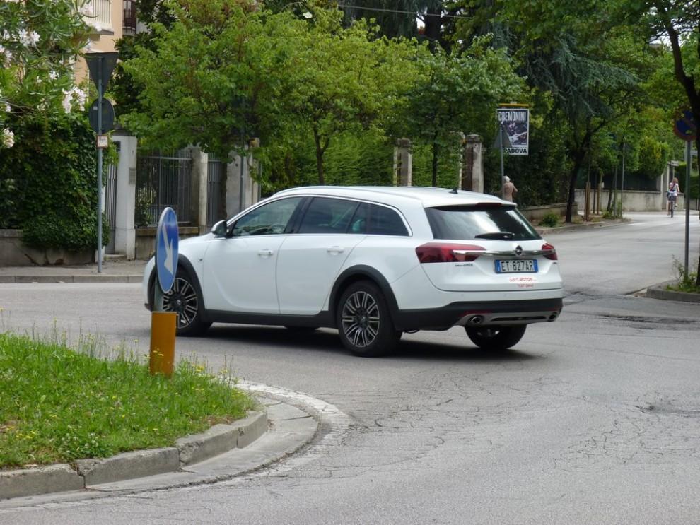 Opel Insignia Country Tourer prova su strada, prezzi e dotazioni - Foto 6 di 13