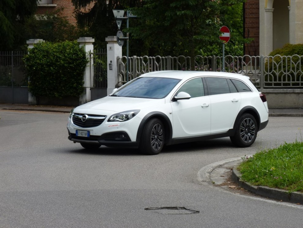 Opel Insignia Country Tourer prova su strada, prezzi e dotazioni - Foto 7 di 13