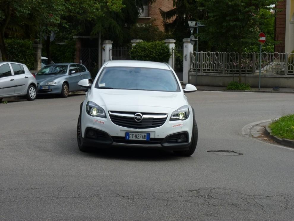Opel Insignia Country Tourer prova su strada, prezzi e dotazioni - Foto 8 di 13