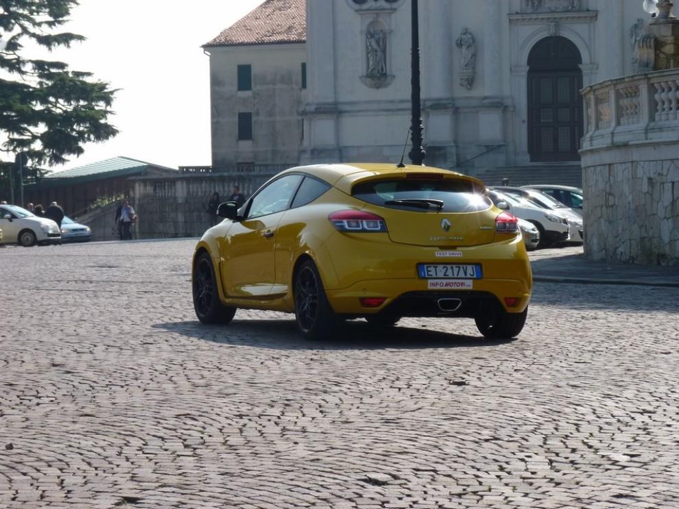 Renault Megane Coupè RS 16V 265 CV prova su strada - Foto 9 di 24
