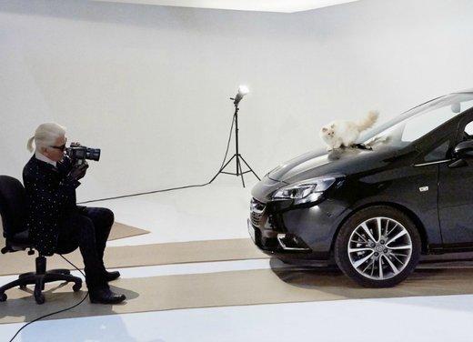 Nuova Opel Corsa e una modella d'eccezione fotografate da Karl Lagerfeld