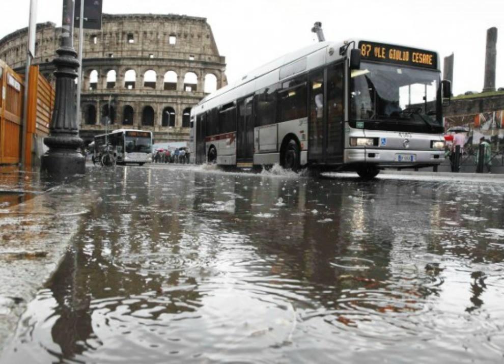 Roma: allagamenti, ingorghi e ferrovia bloccata - Foto 2 di 5