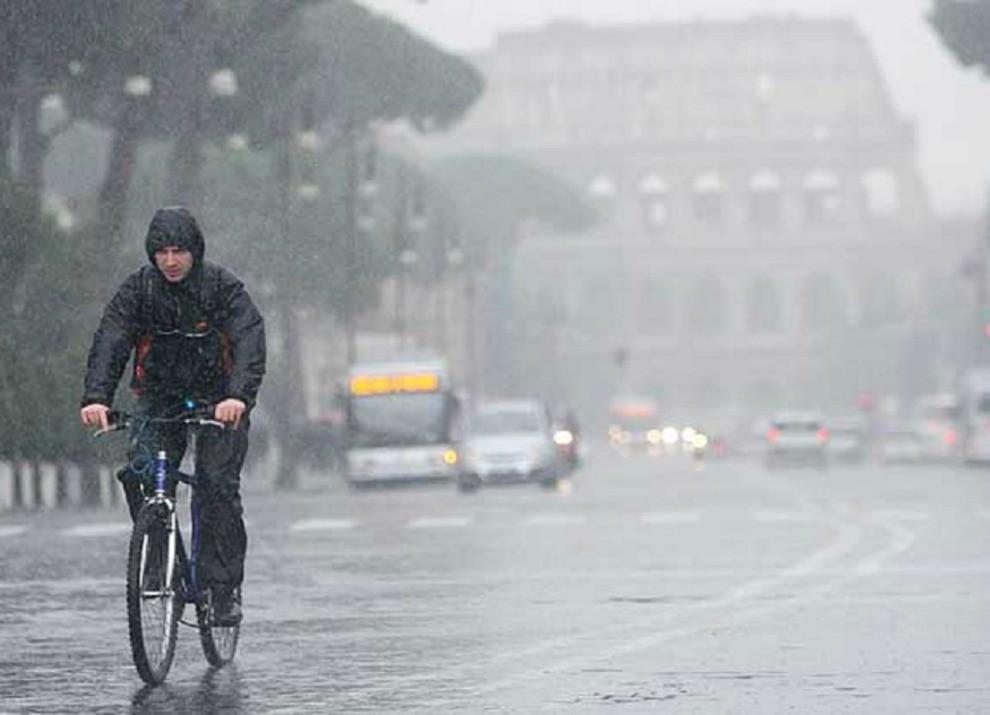 Roma: allagamenti, ingorghi e ferrovia bloccata - Foto 3 di 5