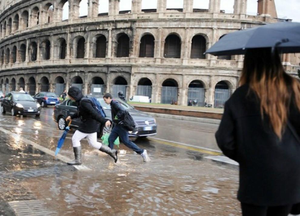 Roma: allagamenti, ingorghi e ferrovia bloccata - Foto 4 di 5