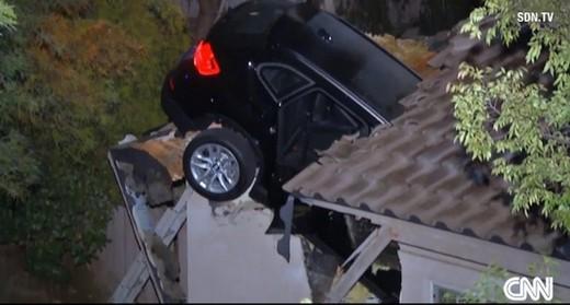 BMW X3 si schianta sul tetto di una casa in California