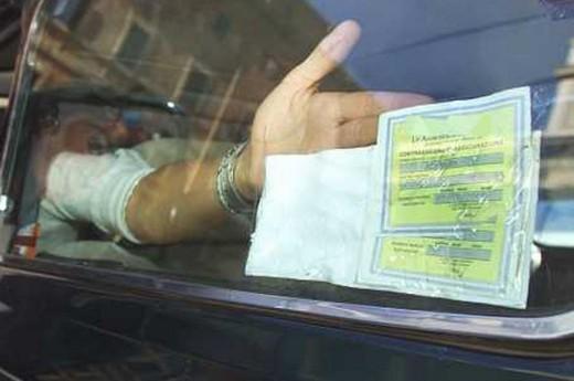Assicurazioni auto, il tagliando giallo sparisce da aprile 2015
