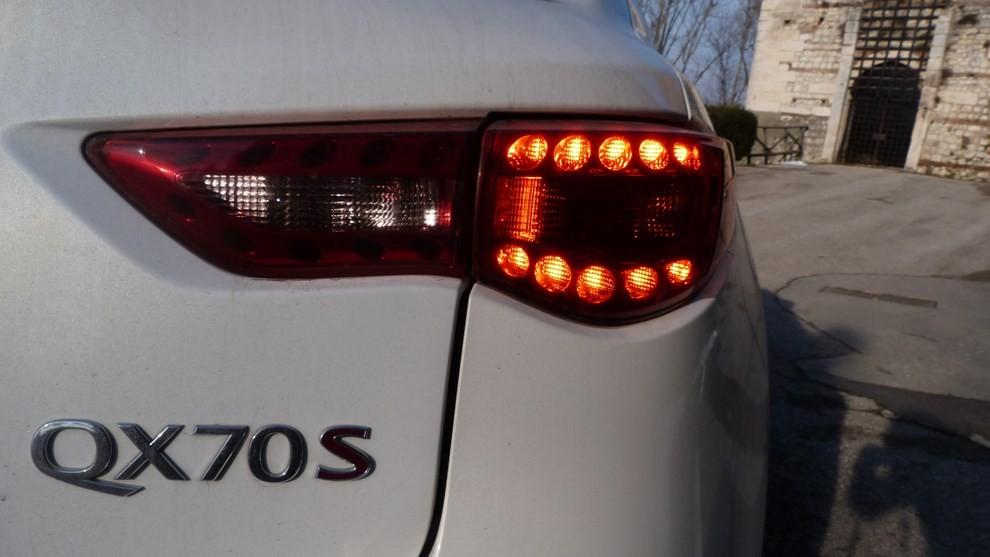 Infiniti QX70 3.0 d AT, provato su strada - Foto 24 di 25
