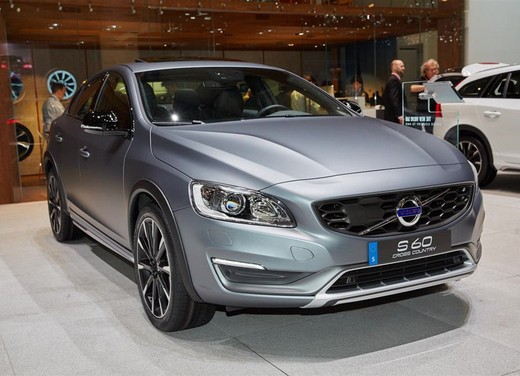Volvo S60 Cross Country: la berlina diventa suv
