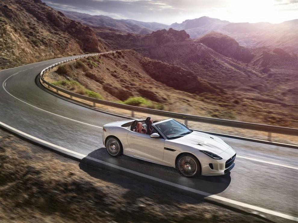 Jaguar F-Type AWD prova su strada della sportiva a trazione integrale - Foto 1 di 11
