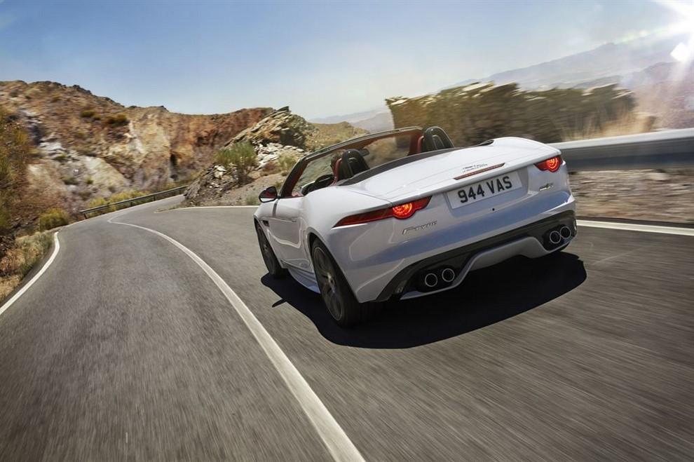 Jaguar F-Type AWD prova su strada della sportiva a trazione integrale - Foto 6 di 11