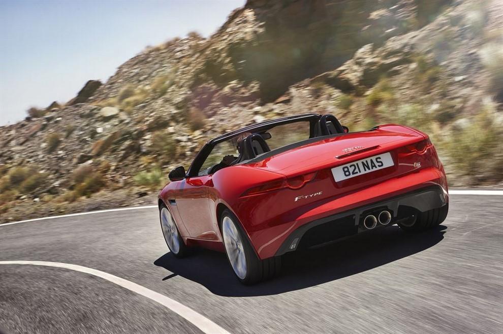 Jaguar F-Type AWD prova su strada della sportiva a trazione integrale - Foto 8 di 11