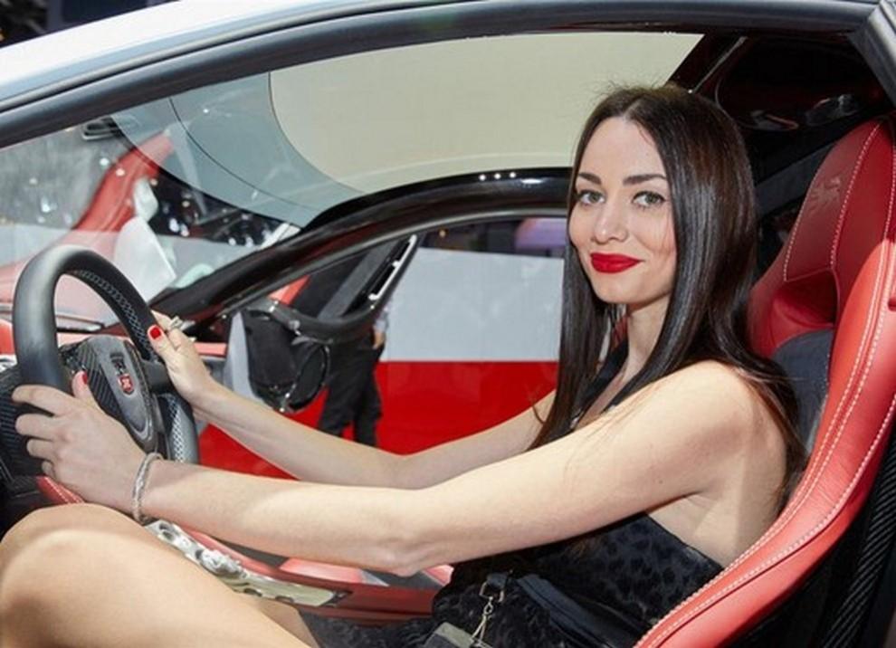 Un'ampia gallery di immagini con le ragazze più belle nel mondo delle auto - Foto 16 di 56