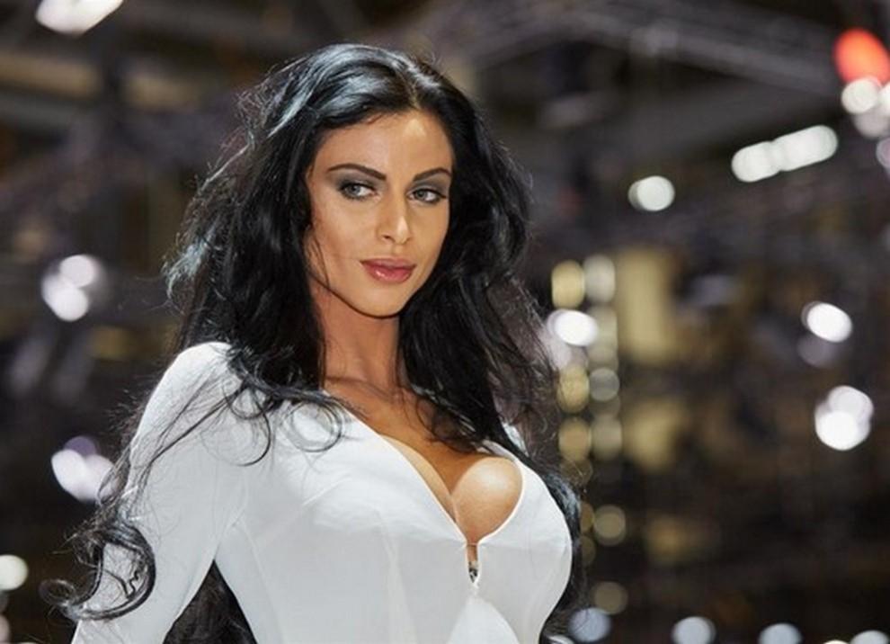 Un'ampia gallery di immagini con le ragazze più belle nel mondo delle auto - Foto 18 di 56