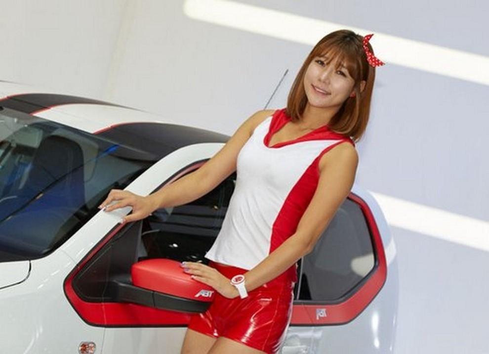 Un'ampia gallery di immagini con le ragazze più belle nel mondo delle auto - Foto 34 di 56