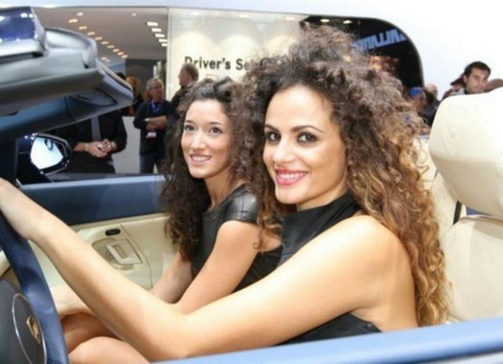 Un'ampia gallery di immagini con le ragazze più belle nel mondo delle auto - Foto 4 di 56