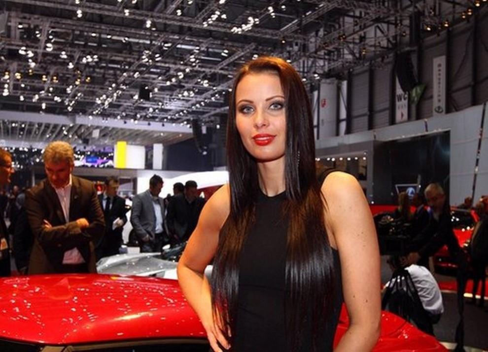 Un'ampia gallery di immagini con le ragazze più belle nel mondo delle auto - Foto 40 di 56