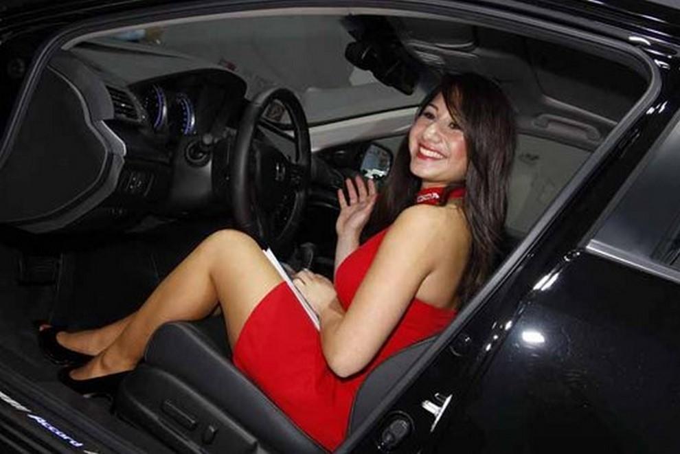 Un'ampia gallery di immagini con le ragazze più belle nel mondo delle auto - Foto 56 di 56