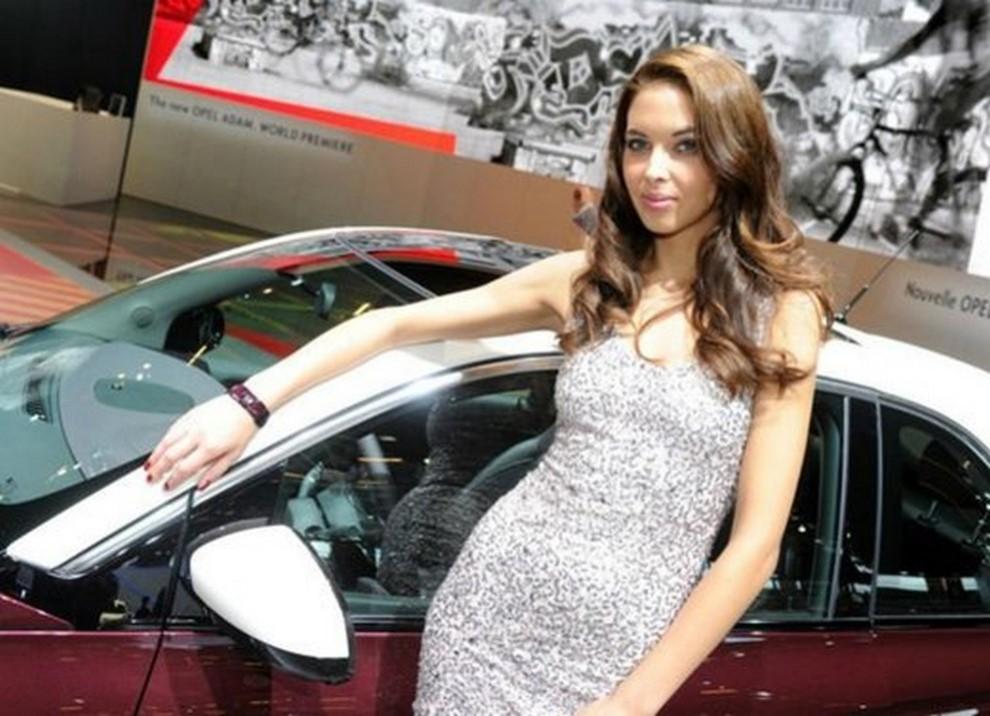 Un'ampia gallery di immagini con le ragazze più belle nel mondo delle auto - Foto 9 di 56